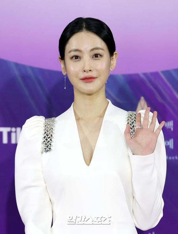 """Siêu thảm đỏ Baeksang 2021: Song Joong Ki - Kim Soo Hyun át cả nữ thần Suzy, """"ác nữ"""" Kim So Yeon o ép vòng 1 dẫn đầu đoàn sao Penthouse - Ảnh 29."""