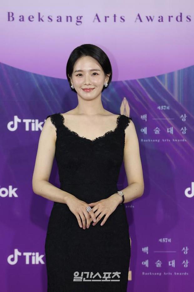 """Siêu thảm đỏ Baeksang 2021: Song Joong Ki - Kim Soo Hyun át cả nữ thần Suzy, """"ác nữ"""" Kim So Yeon o ép vòng 1 dẫn đầu đoàn sao Penthouse - Ảnh 32."""