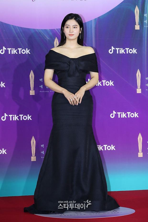 """Siêu thảm đỏ Baeksang 2021: Song Joong Ki - Kim Soo Hyun át cả nữ thần Suzy, """"ác nữ"""" Kim So Yeon o ép vòng 1 dẫn đầu đoàn sao Penthouse - Ảnh 33."""