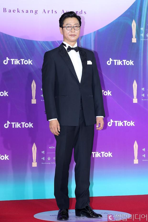 """Siêu thảm đỏ Baeksang 2021: Song Joong Ki - Kim Soo Hyun át cả nữ thần Suzy, """"ác nữ"""" Kim So Yeon o ép vòng 1 dẫn đầu đoàn sao Penthouse - Ảnh 59."""