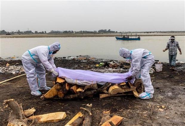 Ấn Độ mở cuộc điều tra vụ 100 thi thể trôi dạt vào bờ sông Hằng - Ảnh 1.