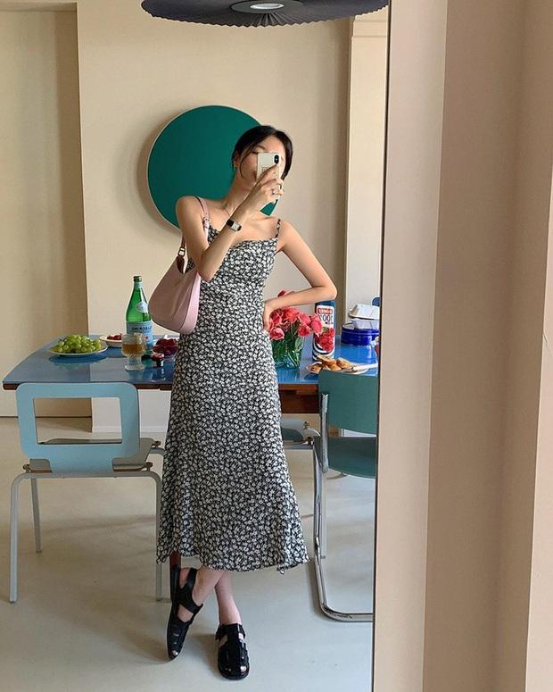 Để diện váy hai dây xịn đẹp level cao nhất, chị em hãy nghía ngay 12 set đồ này của gái Hàn - Ảnh 1.