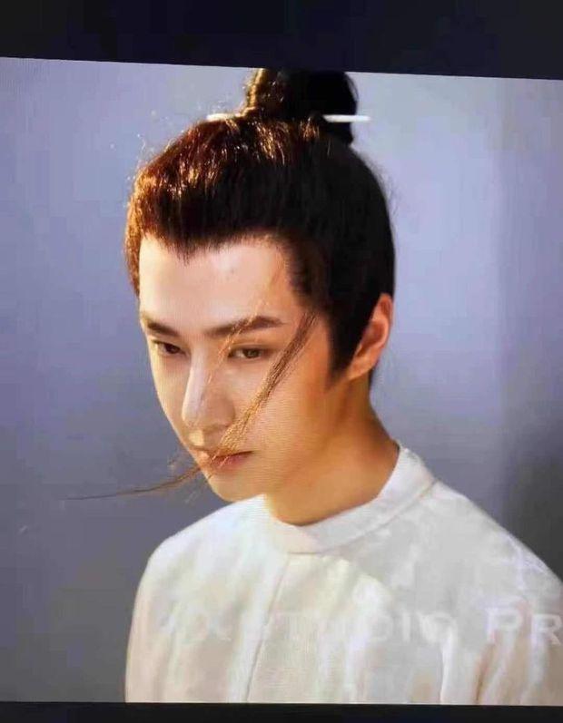 Vương Nhất Bác lấp ló tóc râu dế nổ visual ở phim mới, nhưng sao cứ như Địch Lệ Nhiệt Ba thế này? - Ảnh 1.