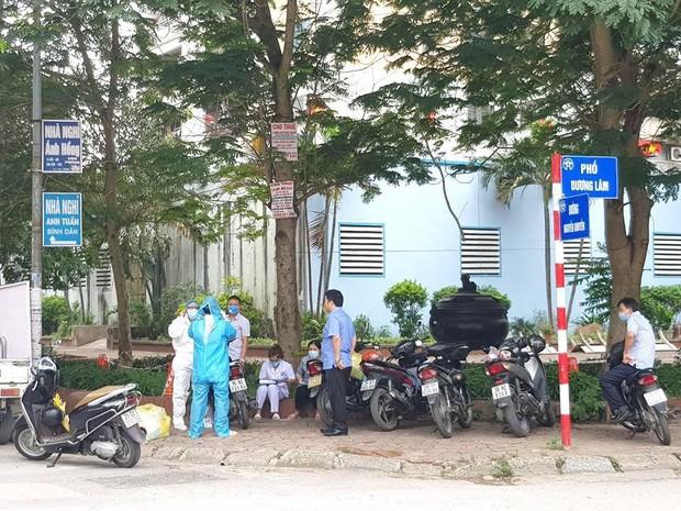 Phong toả quán phở ở Văn Quán liên quan đến ca dương tính SARS-CoV-2 - Ảnh 2.