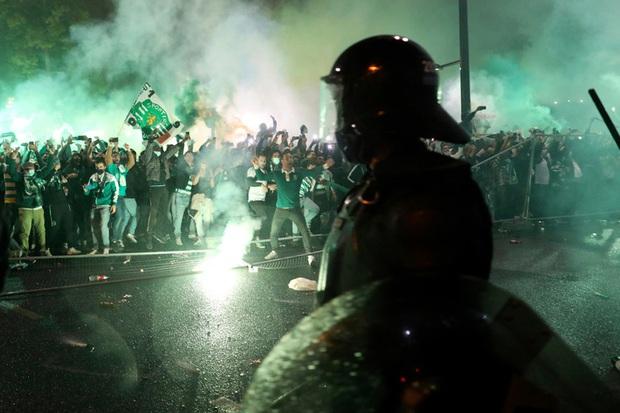 CĐV đội bóng cũ của Ronaldo làm loạn, cảnh sát phải nổ súng vào đám đông để trấn áp - Ảnh 1.