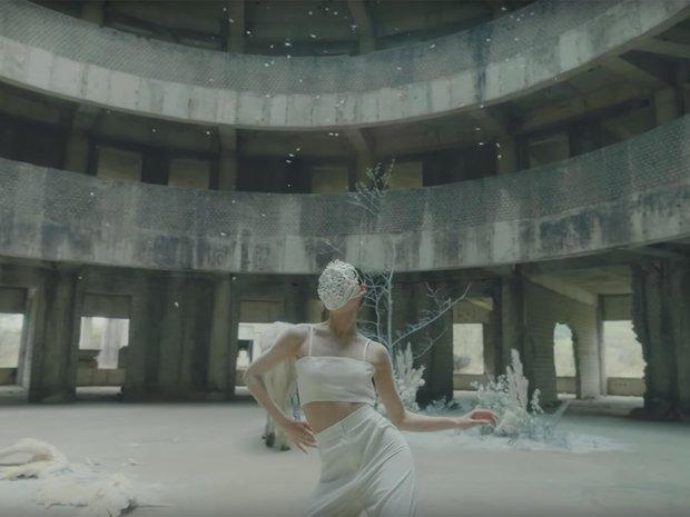 Tòa nhà bí ẩn trong MV Kpop: Từ IU, Chungha cho đến loạt nghệ sĩ của SM, JYP đều từng ghé qua - Ảnh 5.
