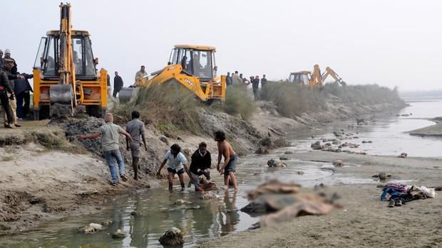 Sau vụ xác chết trôi dạt trên sông Hằng, Ấn Độ tiếp tục phát hiện hàng chục thi thể vô danh bị chôn vùi dưới cát - Ảnh 2.