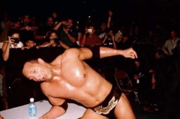 Sau gần 2 thập kỷ, chủ nhân của tấm hình khó đỡ nhất sự nghiệp The Rock đã được tìm ra, fan xem qua bức ảnh cũng đủ cười rớt hàm - Ảnh 1.