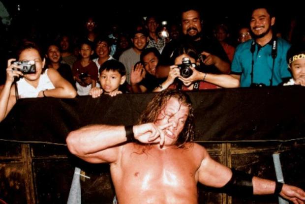 Sau gần 2 thập kỷ, chủ nhân của tấm hình khó đỡ nhất sự nghiệp The Rock đã được tìm ra, fan xem qua bức ảnh cũng đủ cười rớt hàm - Ảnh 2.