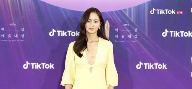 Sao nhí Kim So Hyun khiến cả xứ Hàn chao đảo vì màn lột xác táo bạo, xẻ ngực sâu hoắm đốt cháy thảm đỏ Baeksang 2021 - Ảnh 4.