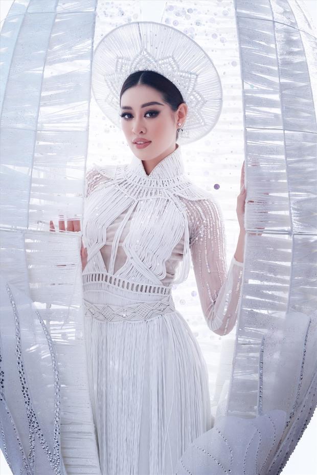 Ngắm trọn vẹn quốc phục Khánh Vân sẽ diện ở đêm Bán kết Miss Universe 2020: Cầu kỳ đến mức bị thương, nhưng tôn visual đỉnh cao - Ảnh 2.