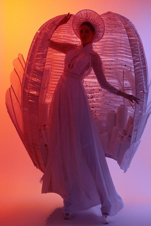 Ngắm trọn vẹn quốc phục Khánh Vân sẽ diện ở đêm Bán kết Miss Universe 2020: Cầu kỳ đến mức bị thương, nhưng tôn visual đỉnh cao - Ảnh 9.