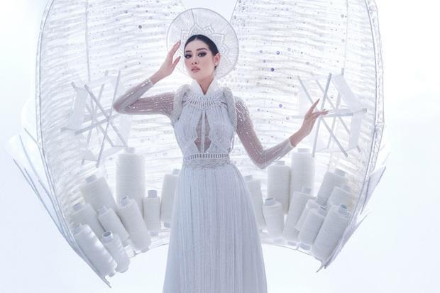 Ngắm trọn vẹn quốc phục Khánh Vân sẽ diện ở đêm Bán kết Miss Universe 2020: Cầu kỳ đến mức bị thương, nhưng tôn visual đỉnh cao - Ảnh 3.
