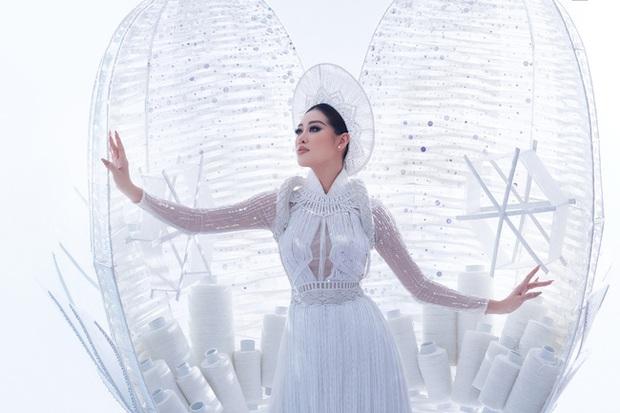 Ngắm trọn vẹn quốc phục Khánh Vân sẽ diện ở đêm Bán kết Miss Universe 2020: Cầu kỳ đến mức bị thương, nhưng tôn visual đỉnh cao - Ảnh 4.