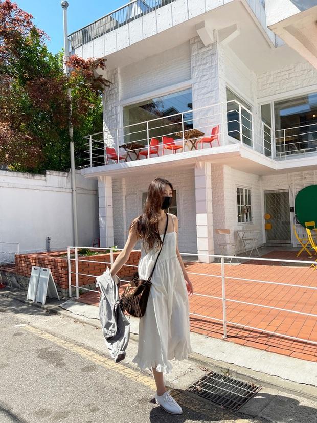 Để diện váy hai dây xịn đẹp level cao nhất, chị em hãy nghía ngay 12 set đồ này của gái Hàn - Ảnh 12.