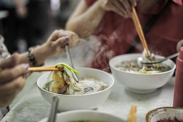 Các gia đình cần bỏ ngay sai lầm này khi ăn bún phở buổi sáng vì có thể làm hại thận, hại dạ dày - Ảnh 3.