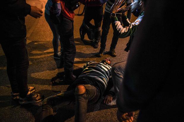 CĐV đội bóng cũ của Ronaldo làm loạn, cảnh sát phải nổ súng vào đám đông để trấn áp - Ảnh 2.