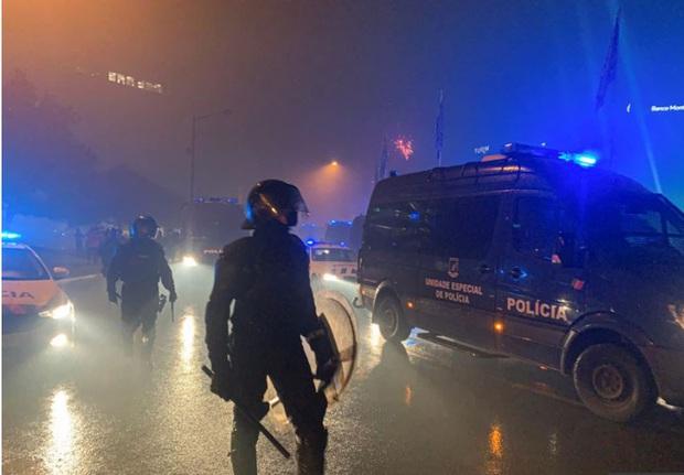 CĐV đội bóng cũ của Ronaldo làm loạn, cảnh sát phải nổ súng vào đám đông để trấn áp - Ảnh 3.