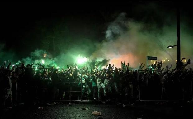 CĐV đội bóng cũ của Ronaldo làm loạn, cảnh sát phải nổ súng vào đám đông để trấn áp - Ảnh 4.