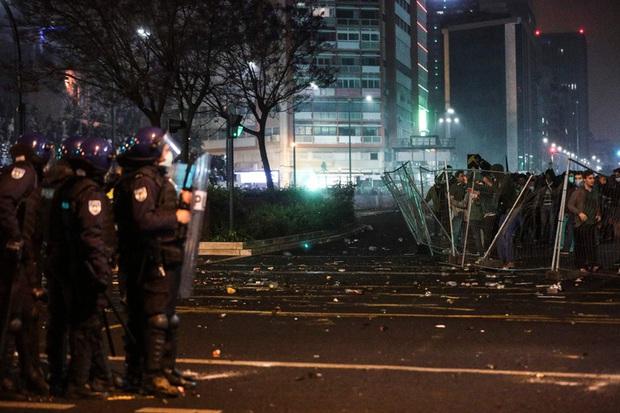 CĐV đội bóng cũ của Ronaldo làm loạn, cảnh sát phải nổ súng vào đám đông để trấn áp - Ảnh 5.