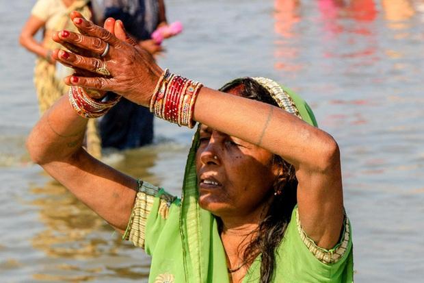 Sông Hằng - dòng sông thiêng quan trọng như thế nào với người Ấn Độ, đến mức họ bất chấp nguy cơ nhiễm Covid-19 để được tẩy uế ở nơi này? - Ảnh 6.