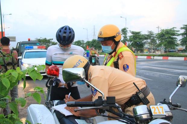 Hàng loạt xe đạp tập thể dục ở Sài Gòn bị xử phạt vì đi vào làn đường ô tô lúc sáng sớm - Ảnh 4.