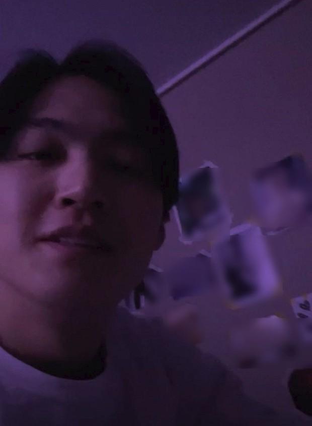 Nửa đêm livestream, nam idol thủ lĩnh của GOT7 để lộ bức tường dán toàn ảnh phụ nữ khỏa thân gây sốc trong phòng - Ảnh 2.