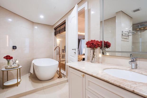 Biệt thự trên không rộng 300m2 của vợ chồng Hà Nội: Giá trị 13 tỷ đồng, phong cách tân cổ điển vừa sang vừa hút mắt - Ảnh 13.