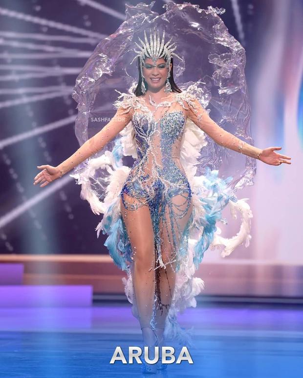Đêm thi quốc phục Miss Universe: Khánh Vân lộ diện cực thần thái với cú xoay catwalk gây sốt, nhiều nàng hậu gặp sự cố sân khấu - Ảnh 13.