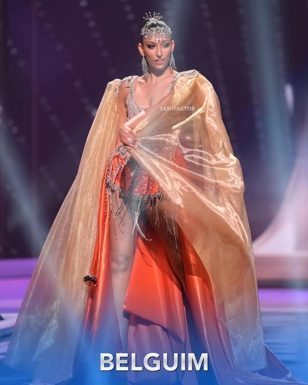 Đêm thi quốc phục Miss Universe: Khánh Vân lộ diện cực thần thái với cú xoay catwalk gây sốt, nhiều nàng hậu gặp sự cố sân khấu - Ảnh 16.