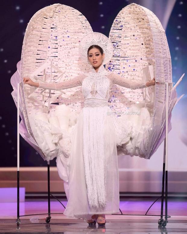Đêm thi quốc phục Miss Universe: Khánh Vân lộ diện cực thần thái với cú xoay catwalk gây sốt, nhiều nàng hậu gặp sự cố sân khấu - Ảnh 7.