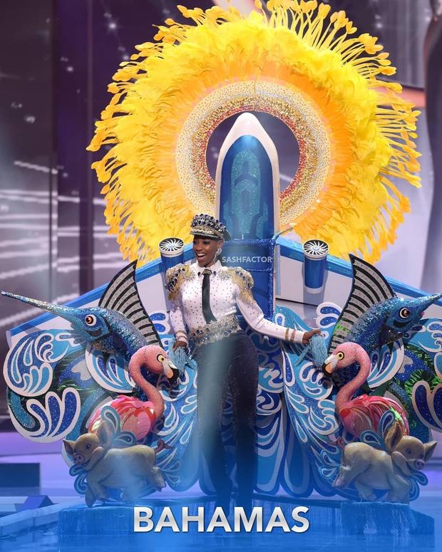 Đêm thi quốc phục Miss Universe: Khánh Vân lộ diện cực thần thái với cú xoay catwalk gây sốt, nhiều nàng hậu gặp sự cố sân khấu - Ảnh 11.