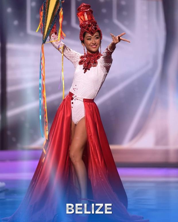 Đêm thi quốc phục Miss Universe: Khánh Vân lộ diện cực thần thái với cú xoay catwalk gây sốt, nhiều nàng hậu gặp sự cố sân khấu - Ảnh 9.