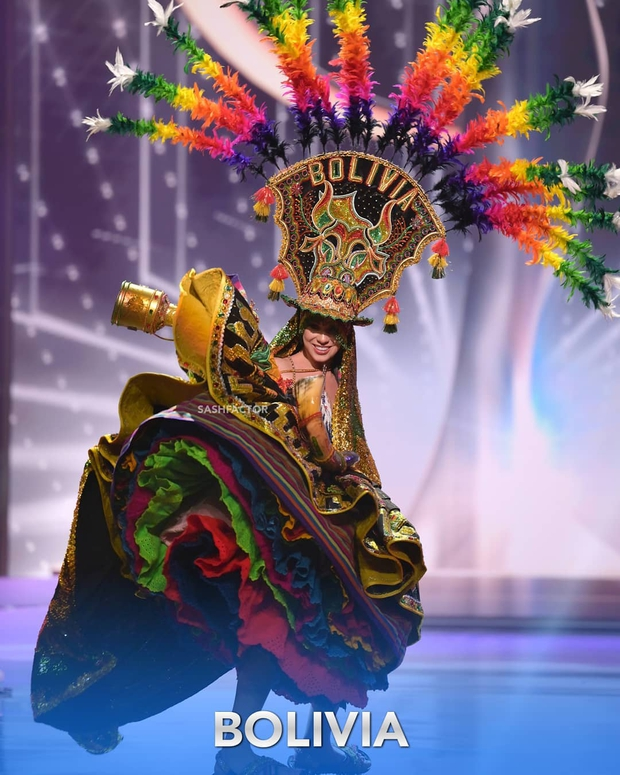 Đêm thi quốc phục Miss Universe: Khánh Vân lộ diện cực thần thái với cú xoay catwalk gây sốt, nhiều nàng hậu gặp sự cố sân khấu - Ảnh 14.