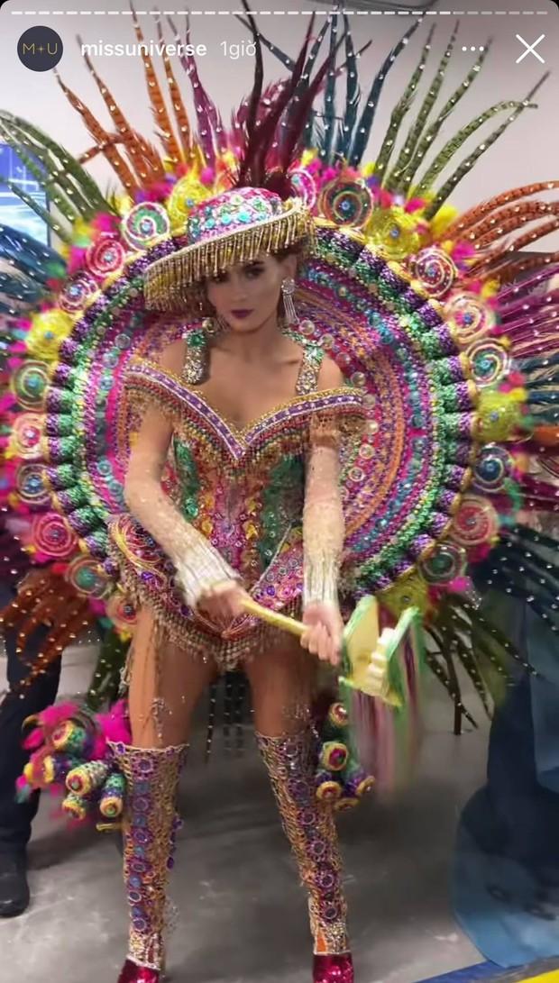 Đêm thi quốc phục Miss Universe: Khánh Vân lộ diện cực thần thái với cú xoay catwalk gây sốt, nhiều nàng hậu gặp sự cố sân khấu - Ảnh 28.