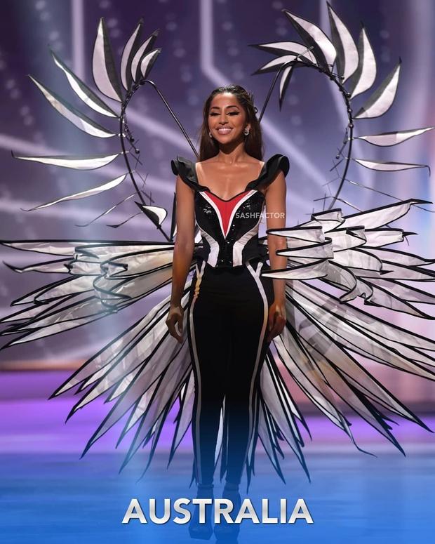 Đêm thi quốc phục Miss Universe: Khánh Vân lộ diện cực thần thái với cú xoay catwalk gây sốt, nhiều nàng hậu gặp sự cố sân khấu - Ảnh 12.