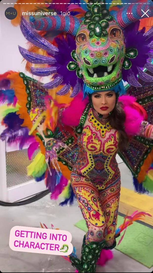 Đêm thi quốc phục Miss Universe: Khánh Vân lộ diện cực thần thái với cú xoay catwalk gây sốt, nhiều nàng hậu gặp sự cố sân khấu - Ảnh 29.