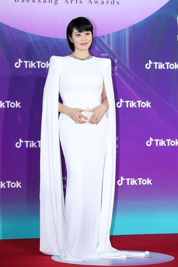 Việt Nam có HHen Niê, Hàn cũng có chị đại khiến celeb khiếp sợ Kim Hye Soo: Túi hiệu đi thảm đỏ Baeksang cũng chỉ để đựng... món đồ này - Ảnh 2.