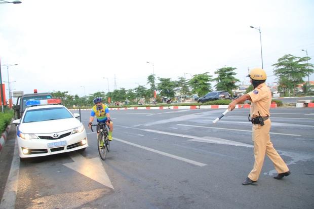 Hàng loạt xe đạp tập thể dục ở Sài Gòn bị xử phạt vì đi vào làn đường ô tô lúc sáng sớm - Ảnh 2.