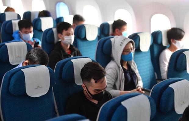 Một hãng bay Việt nhanh trí ứng phó với làn sóng Covid mới: Khách mua vé máy bay được tặng ghế trống bên cạnh để đảm bảo giãn cách - Ảnh 1.