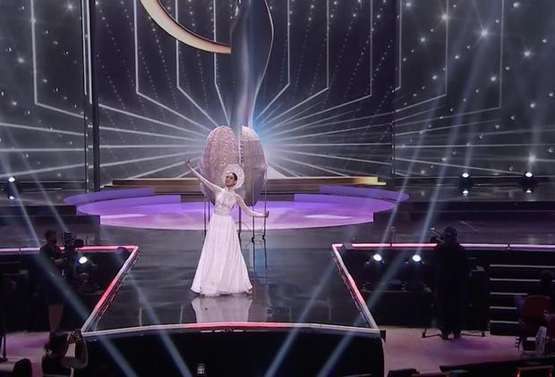 Khánh Vân bất ngờ gặp sự cố khi đang trình diễn Quốc phục ở Miss Universe, pha xử lý đỉnh cao khiến ai cũng nức nở tự hào - Ảnh 5.