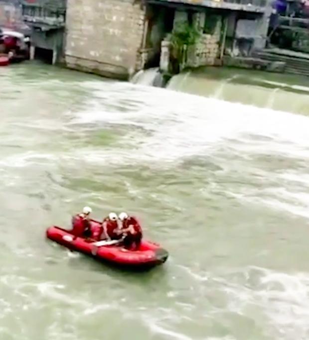 Khoảnh khắc hai cô gái rơi xuống dòng nước chảy xiết khiến người xem thót tim: Đánh đổi quá đắt để sống ảo! - Ảnh 3.