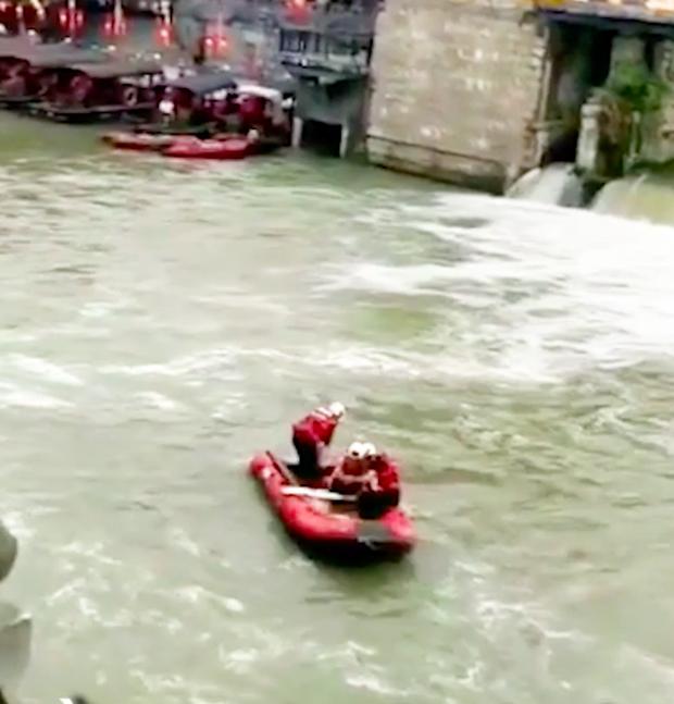 Khoảnh khắc hai cô gái rơi xuống dòng nước chảy xiết khiến người xem thót tim: Đánh đổi quá đắt để sống ảo! - Ảnh 2.