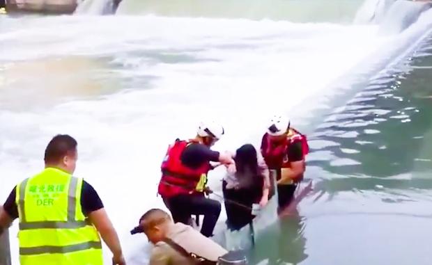 Khoảnh khắc hai cô gái rơi xuống dòng nước chảy xiết khiến người xem thót tim: Đánh đổi quá đắt để sống ảo! - Ảnh 5.