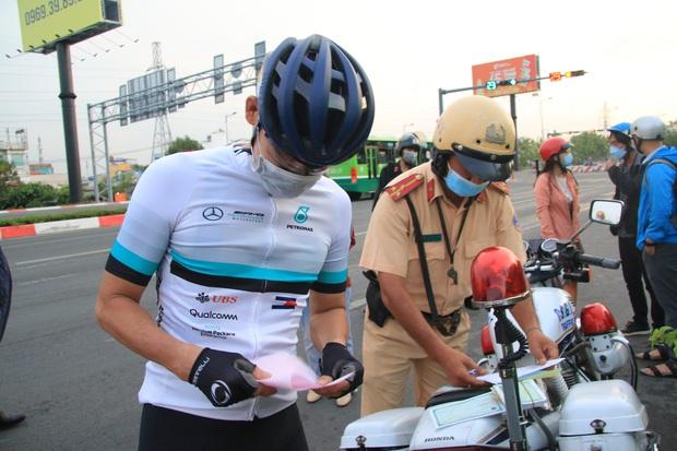 Hàng loạt xe đạp tập thể dục ở Sài Gòn bị xử phạt vì đi vào làn đường ô tô lúc sáng sớm - Ảnh 5.