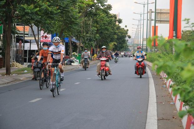 Hàng loạt xe đạp tập thể dục ở Sài Gòn bị xử phạt vì đi vào làn đường ô tô lúc sáng sớm - Ảnh 1.