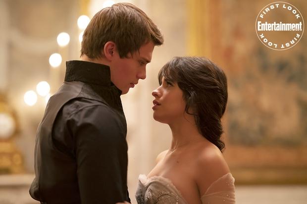 Ngất ngây nhan sắc Camila Cabello hóa Lọ Lem trong phim mới, quấn quýt trai lạ thế này Shawn Mendes có ghen không? - Ảnh 2.