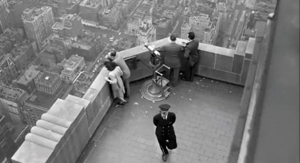 Quá túng quẫn, người phụ nữ gieo mình tự tử từ tầng 86 xuống đất nhưng vẫn sống sót thần kỳ nhờ... gió - Ảnh 2.
