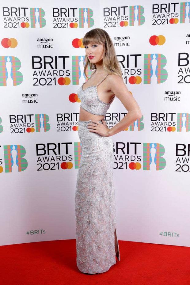 Taylor Swift lột xác ngoạn mục trên thảm đỏ nhờ giảm cân: Visual đỉnh body nuột hẳn, nhưng vòng 1 khủng biến đâu rồi? - Ảnh 6.