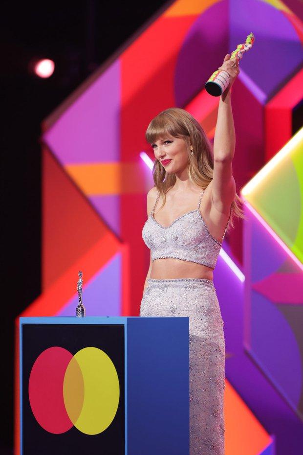 Taylor Swift lột xác ngoạn mục trên thảm đỏ nhờ giảm cân: Visual đỉnh body nuột hẳn, nhưng vòng 1 khủng biến đâu rồi? - Ảnh 10.